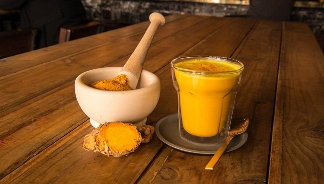 Golden milk: ricetta del latte a base di curcuma, rimedio naturale per l'influenza